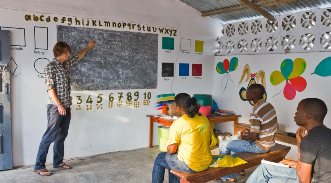Voluntario de ayuda humanitaria en Mozambique enseñando a la comunidad local.